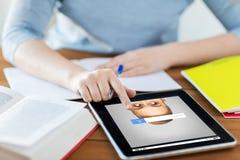 Sluit omhoog van student met tabletpc en notitieboekje Royalty-vrije Stock Afbeeldingen