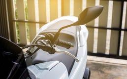 Sluit omhoog van sturen en voor-achtergedeelteonderbreking op motorfiets royalty-vrije stock fotografie