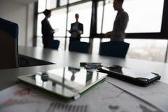 Sluit omhoog van tablet, bedrijfsmensen op vergadering op achtergrond royalty-vrije stock afbeeldingen