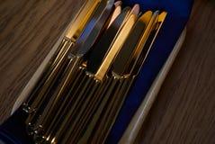 Sluit omhoog van tafelgereedschapmessen op houten lijst Royalty-vrije Stock Foto