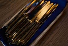 Sluit omhoog van tafelgereedschapmessen op houten lijst Stock Afbeelding