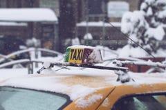 Sluit omhoog van taxi in sneeuw in de stad wordt behandeld die Royalty-vrije Stock Foto