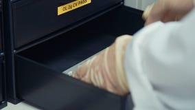 Sluit omhoog van technicushand die microchips van een lade nemen stock videobeelden