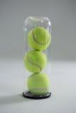 Sluit omhoog van tennisbal in plastic fles Royalty-vrije Stock Fotografie