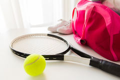 Sluit omhoog van tennismateriaal en vrouwelijke sportenzak Royalty-vrije Stock Afbeeldingen
