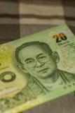 Sluit omhoog van Thais bankbiljet Thais bad met het beeld van Thaise Koning Thais bankbiljet van Thais Baht 20 op Groene Schotse  Royalty-vrije Stock Fotografie