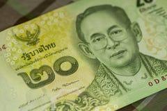 Sluit omhoog van Thais bankbiljet Thais bad met het beeld van Thaise Koning Thais bankbiljet van Thais Baht 20 op Groene Schotse  Stock Afbeeldingen