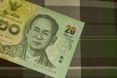 Sluit omhoog van Thais bankbiljet Thais bad met het beeld van Thaise Koning Thais bankbiljet van Thais Baht 20 op Groene Schotse  Royalty-vrije Stock Afbeelding
