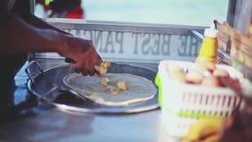 Sluit omhoog van Thaise handen makend banaanpannekoek op de straat van Samui door het strand thailand Reeks video's 1920x1080 stock footage