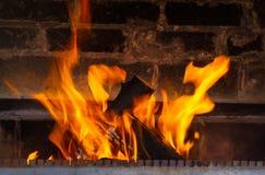 Sluit omhoog van thuis het branden van open haard stock foto