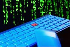 Sluit omhoog van toetsenbord, blauw licht Rode sleutel Selectieve nadruk Stock Foto