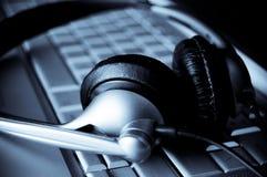 Sluit omhoog van toetsenbord en hoofdtelefoons royalty-vrije stock afbeeldingen