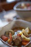 Sluit omhoog van Tortellini-Worstsoep met Groenten voor Twee Royalty-vrije Stock Afbeeldingen
