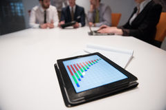 Sluit omhoog van touchpad met analyticsdocumenten bij bedrijfsmeetin Stock Foto's