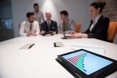 Sluit omhoog van touchpad met analyticsdocumenten bij bedrijfsmeetin Royalty-vrije Stock Foto