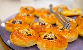 Sluit omhoog van traditionele Turkse pogaca met keukengereitang stock fotografie