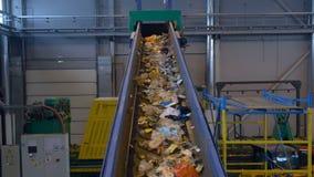 Sluit omhoog van transportband, die afval omhoog vervoeren 4K stock videobeelden