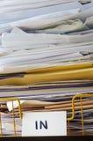 Sluit omhoog van in Tray Piled High met Documenten en Omslagen Royalty-vrije Stock Foto's