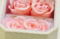 Sluit omhoog van trouwringen in doos Royalty-vrije Stock Fotografie