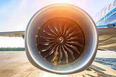 Sluit omhoog van turbojet van de motorventilator van de vliegtuigenturbine burgerlijk met een gradiënt van kleuren van koude aan  royalty-vrije stock foto's