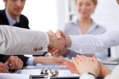Sluit omhoog van twee het bedrijfsmens schudden handen aan elkaar die omhoog de vergadering beëindigen Stock Afbeeldingen