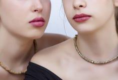 Sluit omhoog van twee jonge vrouwenlippen Stock Afbeelding