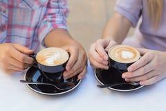 Sluit omhoog van twee koppen van koffie Royalty-vrije Stock Foto's