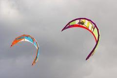 Sluit omhoog van twee vliegers in de hemel Stock Foto's