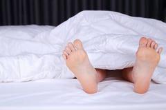Sluit omhoog van twee voet in bed Royalty-vrije Stock Foto