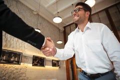 Sluit omhoog van Twee Zakenlieden die Handen schudden Stock Foto