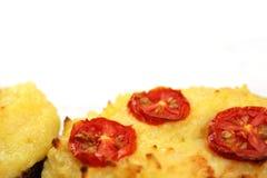 Sluit omhoog van tweemaal gebakken kaasachtige aardappels op witte achtergrond Royalty-vrije Stock Afbeeldingen