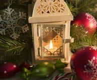 Sluit omhoog van uitstekende lantaarn met Kerstmissnuisterijen Stock Afbeeldingen