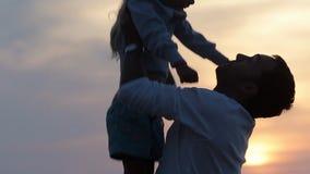 Sluit omhoog van vader het werpen op zijn dochter in stock videobeelden