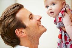 Sluit omhoog van Vader Holding Baby Daughter Royalty-vrije Stock Afbeeldingen