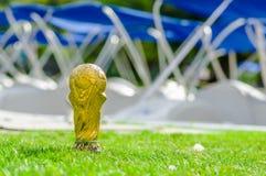 Sluit omhoog van van valse gouden trofee in de vorm van de bol in het park op een vage achtergrond Royalty-vrije Stock Fotografie