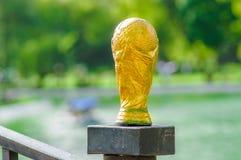 Sluit omhoog van van valse gouden trofee in de vorm van de bol op een vage aardachtergrond Royalty-vrije Stock Foto