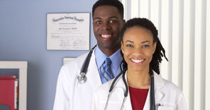 Sluit omhoog van van glimlachende Afrikaanse Amerikaanse artsen royalty-vrije stock afbeeldingen