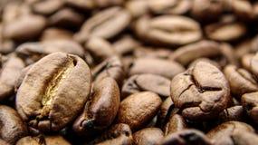 Sluit omhoog van vele geroosterde koffiebonen royalty-vrije stock fotografie