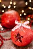 Sluit omhoog van verfraaide granaatappels - Kerstmisconcept stock foto's