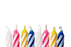 Sluit omhoog van verjaardagskaarsen op wit stock fotografie