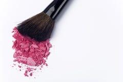 Sluit omhoog van verpletterd blozen met kosmetische borstel Stock Afbeeldingen