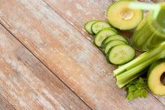 Sluit omhoog van verse groene sapglas en groenten Stock Fotografie