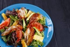 Sluit omhoog van verse heerlijke salade met gerookte paling en ananas royalty-vrije stock foto