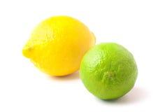 Sluit omhoog van verse kalk en citroen die op wit wordt geïsoleerd Stock Fotografie