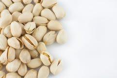 Sluit omhoog van verse pistaches op wit Stock Afbeelding