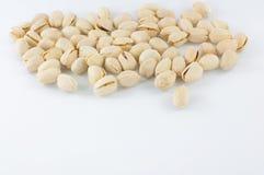 Sluit omhoog van verse pistaches op wit Stock Foto