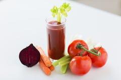 Sluit omhoog van verse sap en groenten op lijst Stock Foto