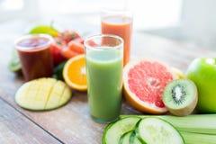 Sluit omhoog van verse sapglas en vruchten op lijst stock foto's