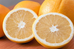 Sluit omhoog van verse sinaasappelen op houten raad Royalty-vrije Stock Foto's
