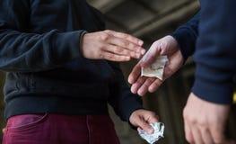 Sluit omhoog van verslaafde het kopen dosis van drugdealer royalty-vrije stock afbeeldingen